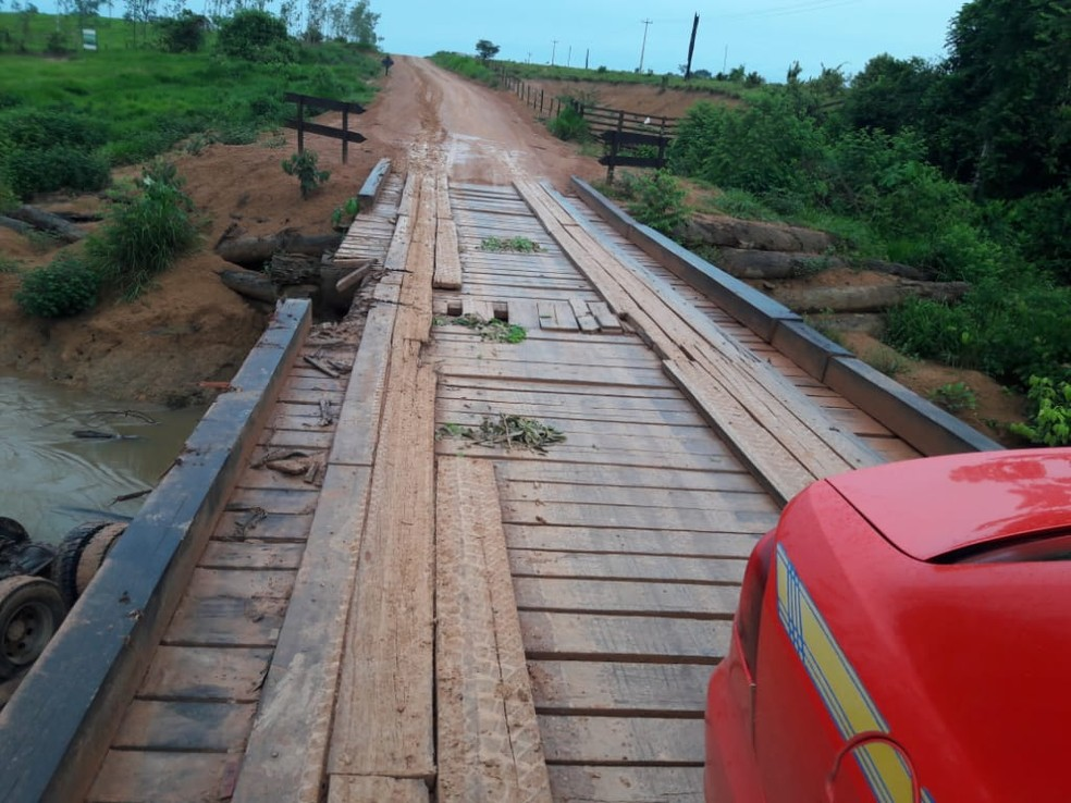 Estrutura da ponte cedeu em Buritis, RO — Foto: Reprodução/WhatsApp