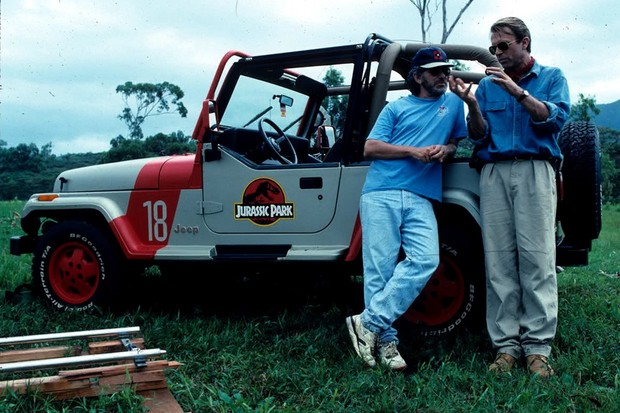 Spielberg e Sam Neill (Alan Grant) conversam durante a produção do filme (Foto: Reprodução)