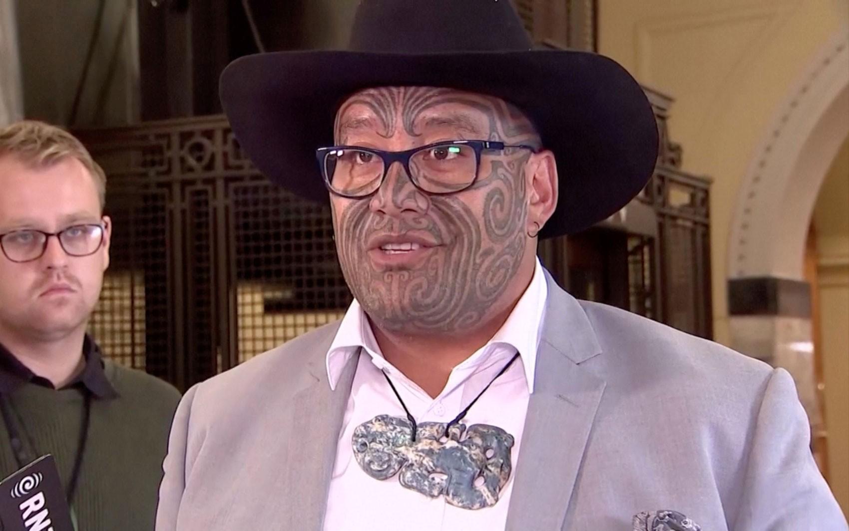 Deputado maori é expulso de parlamento na Nova Zelândia após dançar haka