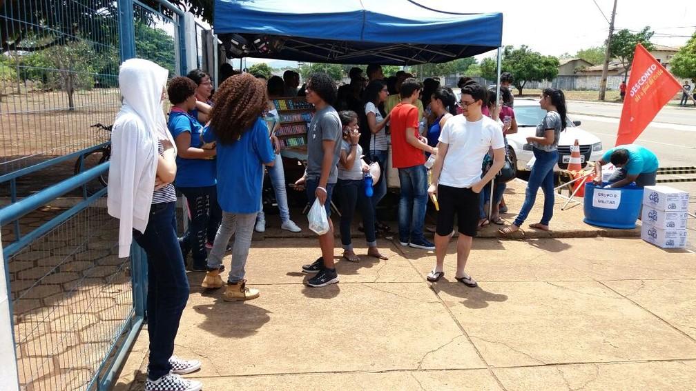 Candidatos se protegiam do sol forte no Colégio Militar de Palmas (Foto: Dinaredes Parente/TV Anhanguera)