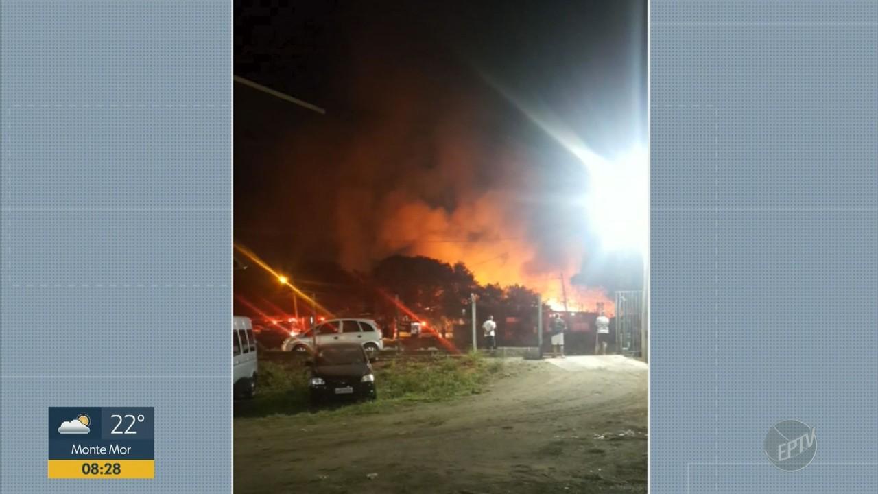 Incêndio destrói barracos e deixa feridos em comunidade no bairro San Martin em Campinas