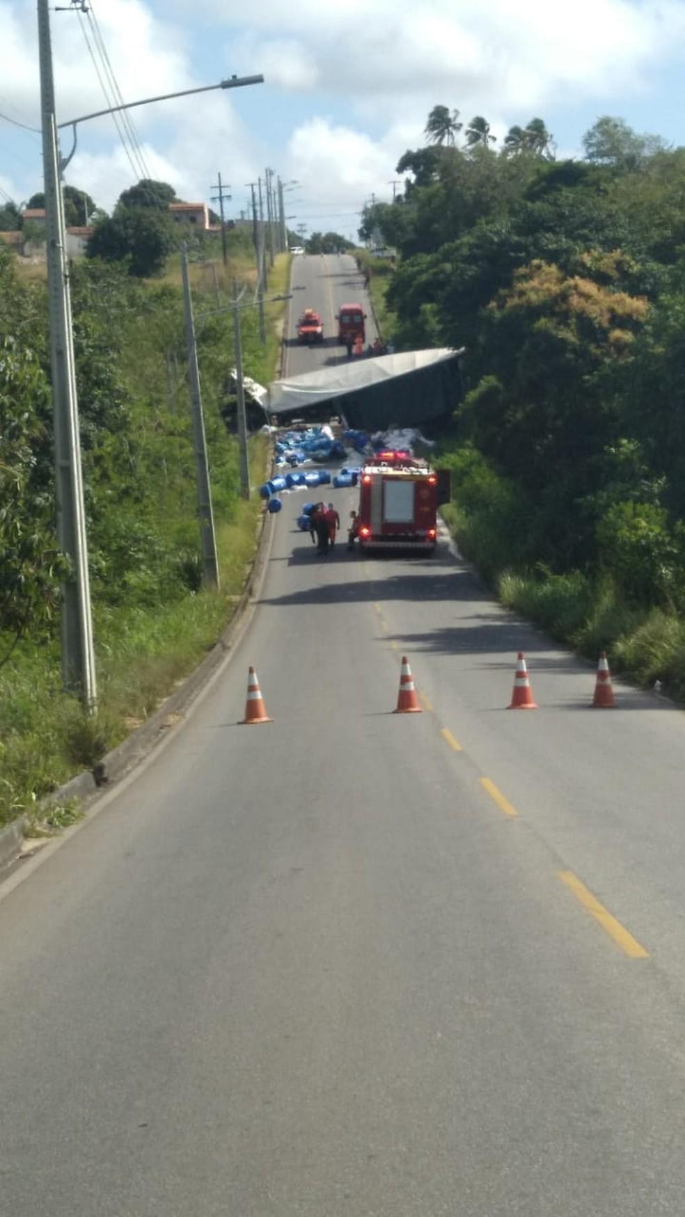 Carreta tombou na estrada os bairros Cajupiranga e Coophab, em Parnamirim, na manhã deste sábado (4) — Foto: Redes sociais