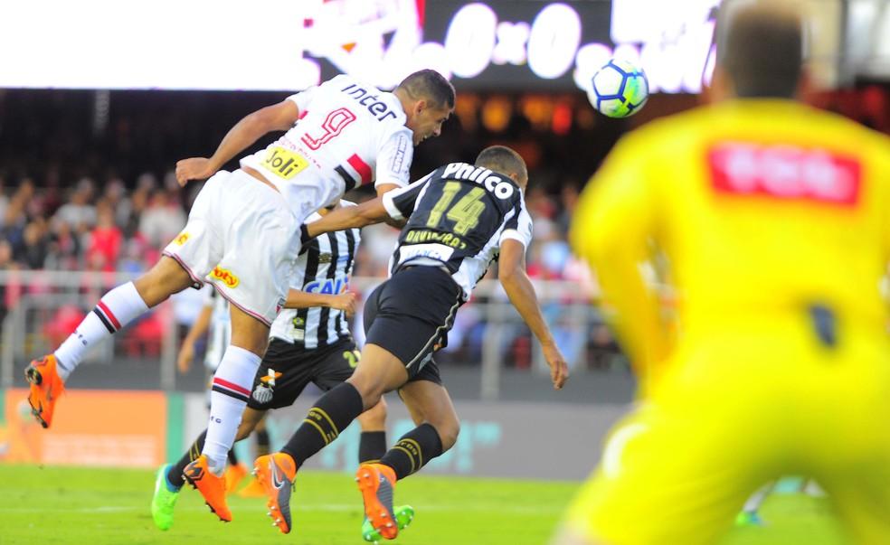 Diego Souza no momento do gol que deu ao São Paulo a vitória contra o Santos (Foto: Marcos Ribolli)