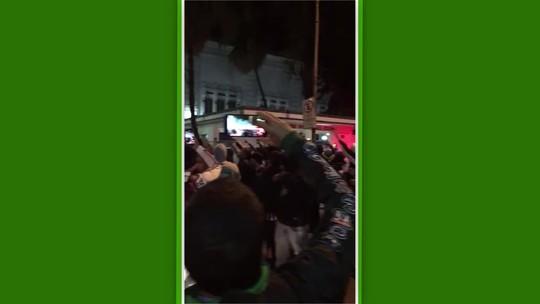Grupo de torcedores tenta invadir sede do Flu em noite de reunião do Conselho