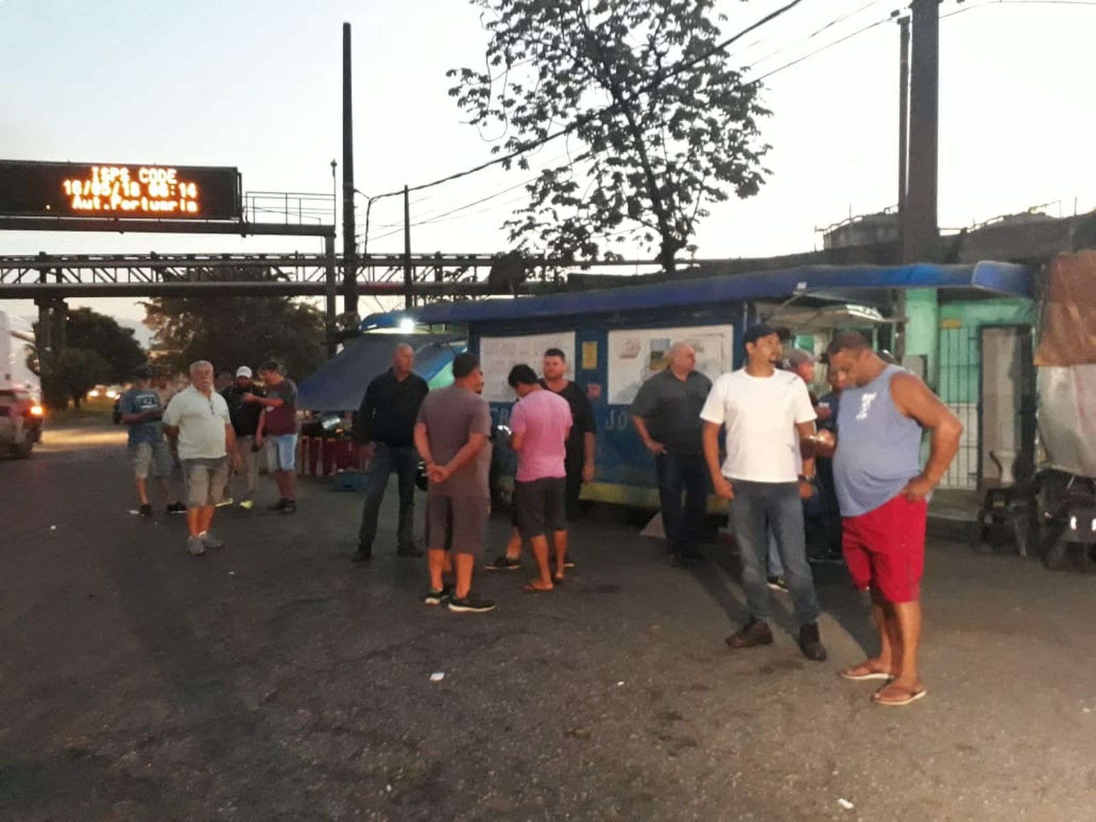 Caminhoneiros realizam greve no Porto de Santos
