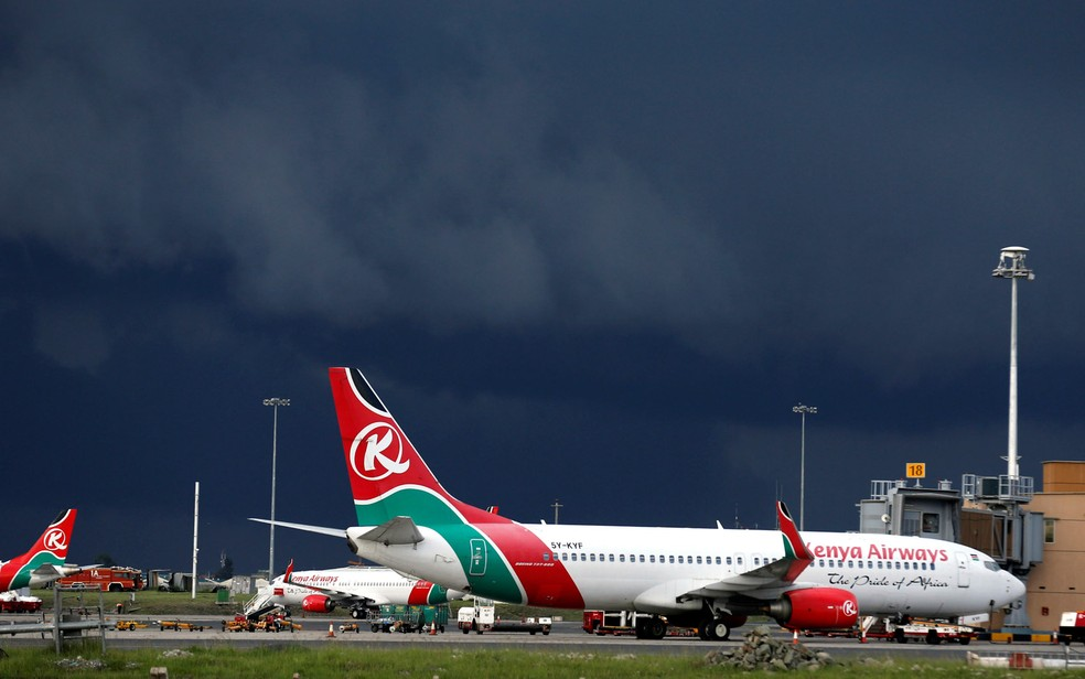 Aviões da Kenya Airways estacionados no aeroporto Jomo Kenyatta, perto de Nairóbi, capital do Quênia — Foto: Thomas Mukoya/Reuters