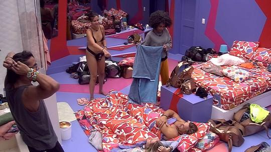 Paula brinca com Hana e diz: 'Põe a Gabi lá e deixa Alan dormir aqui essa noite'
