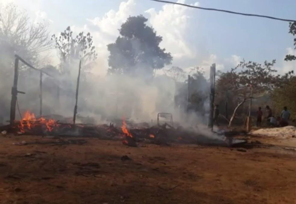 Seis indígenas moravam na residência que foi destruída pelo fogo na aldeia Karitiana em RO  — Foto: Reprodução/ Rede Amazônica
