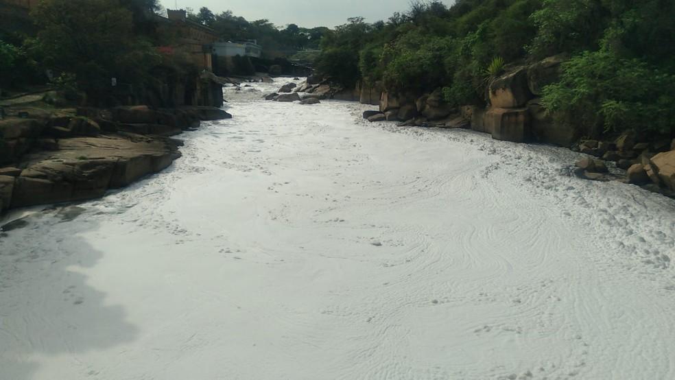 Moradores registram espuma tóxica no Rio Tietê em Salto — Foto: Gilberto Esquerdo/Arquivo pessoal