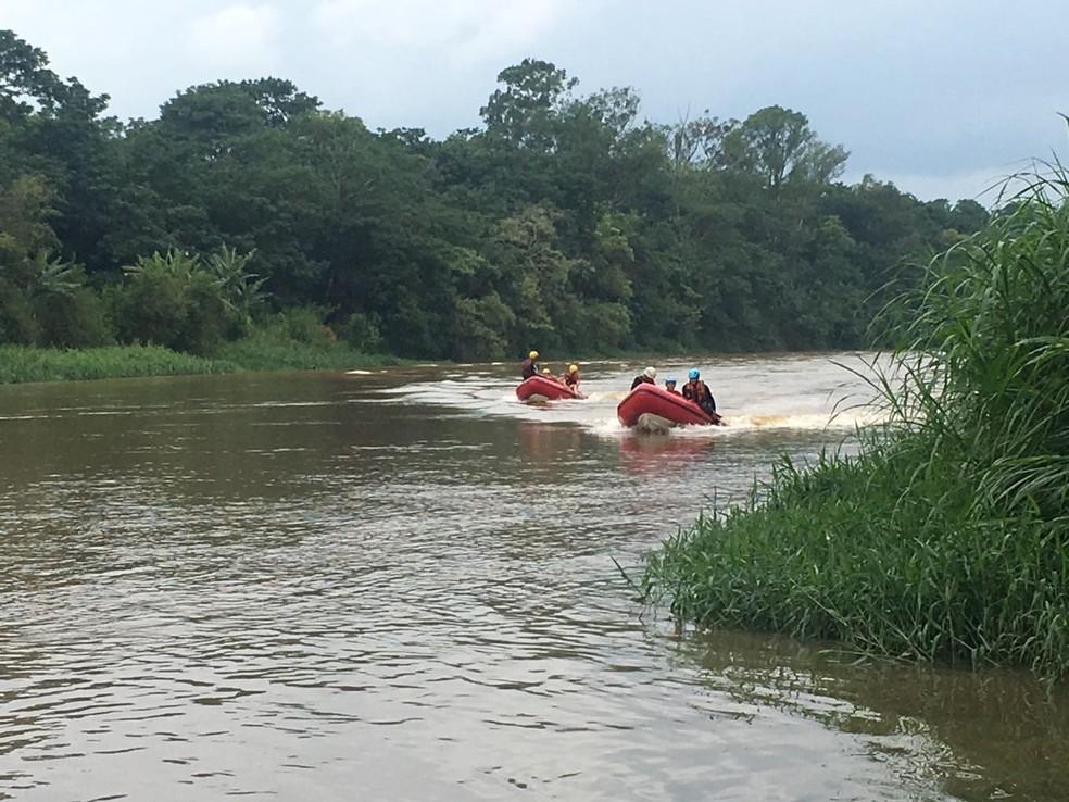 Vazão da represa de Santa Branca foi reduzida para ajudar nas buscas de PM desaparecido (Foto: Bombeiros/Divulgação)