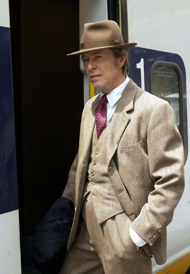 O costume completo de tweed ultra clássico, com calça de cintura bem alta, é referência absoluta. (Foto: Getty Images)