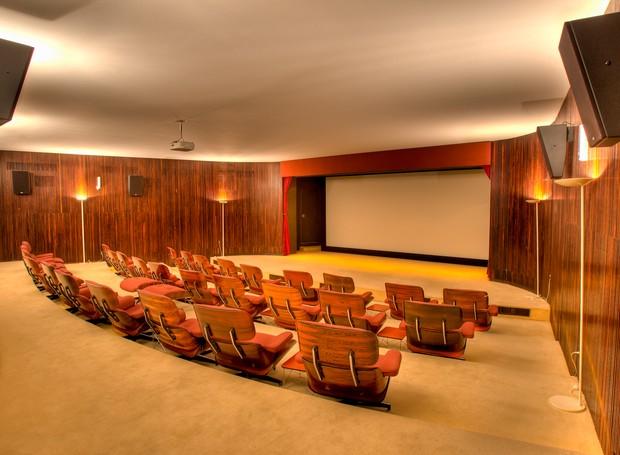 Uma sala de cinema privativa permite ao presidente assistir filmes na companhia de amigos e familiares (Foto: Ichiro Guerra/Reprodução)