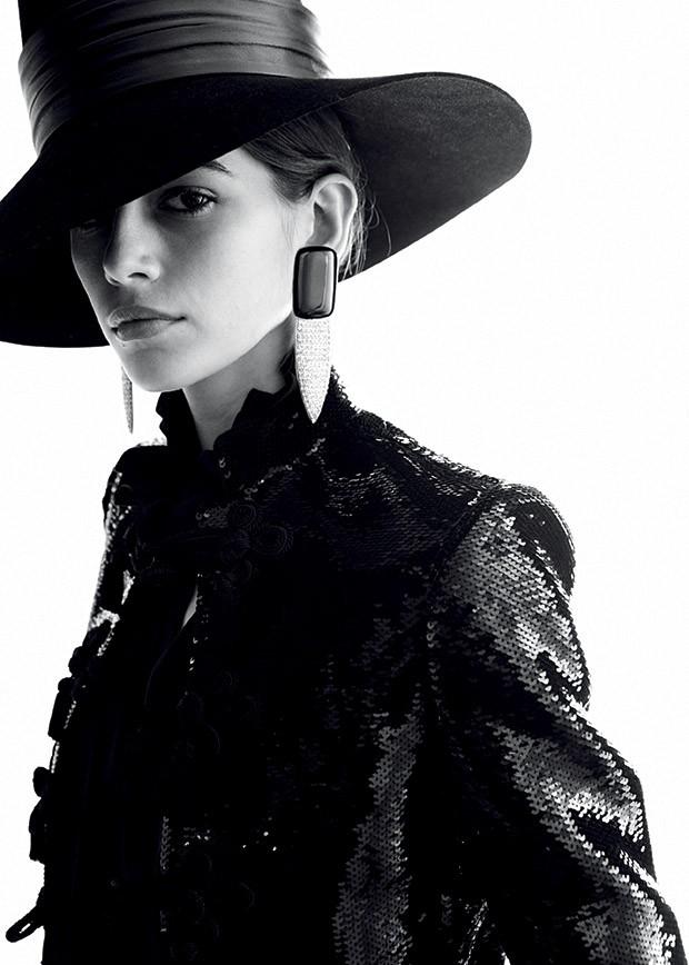Moda YSL - Kaia Gerber usa jaqueta de paetês, blusa de seda, chapéu de lã e couro e brincos de metal, resina e cristal (Foto: Divulgação da Saint Laurent)