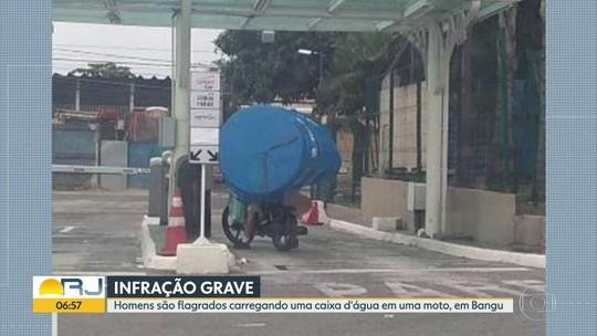 Homens são flagrados carregando caixa d'água em uma moto, na Zona Oeste
