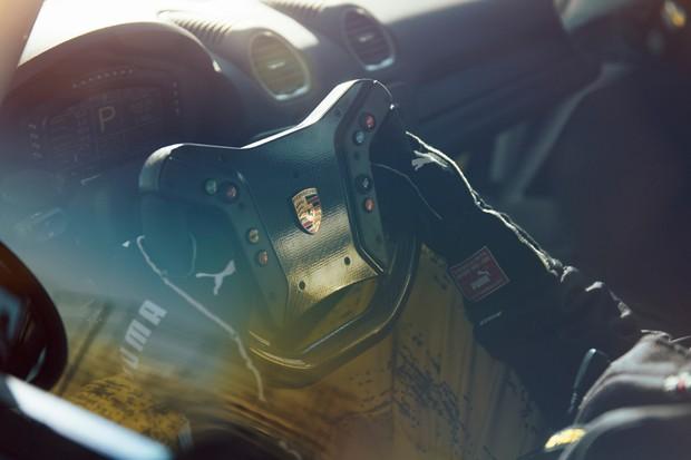 O volante do 718 GT4 Competition foi emprestado do 911 GT3 R (Foto: Divulgação)