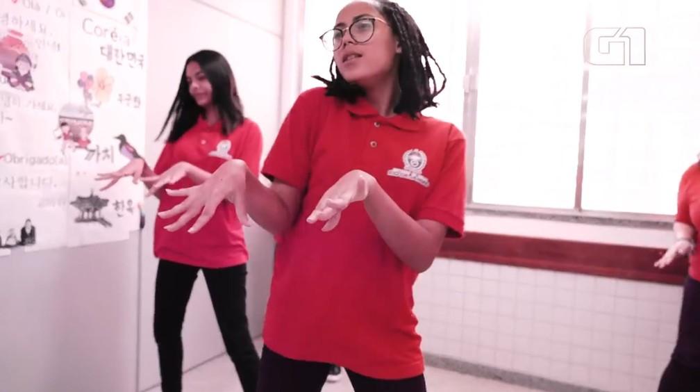 Alunas de colégio público do Rio imitam coreografia de grupo de k-pop — Foto: Gustavo Wanderley/G1/Reprodução