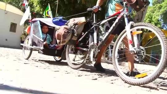 Alagoano faz romaria de bicicleta até Juazeiro do Norte, no Ceará, com o filho de seis anos