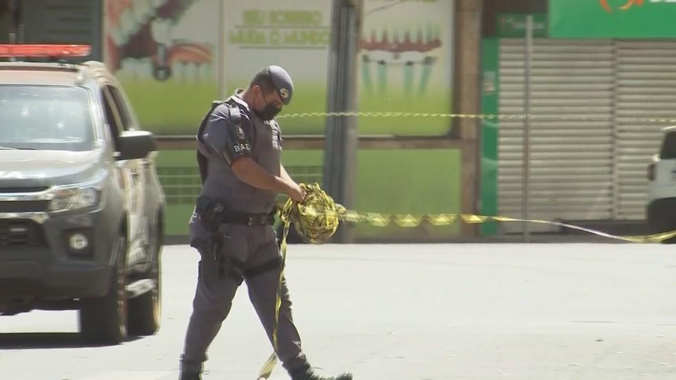 Policial libera rua no centro de Araçatuba nesta quarta-feira após interdição para buscas do Gate por explosivos — Foto: Reprodução/TV TEM