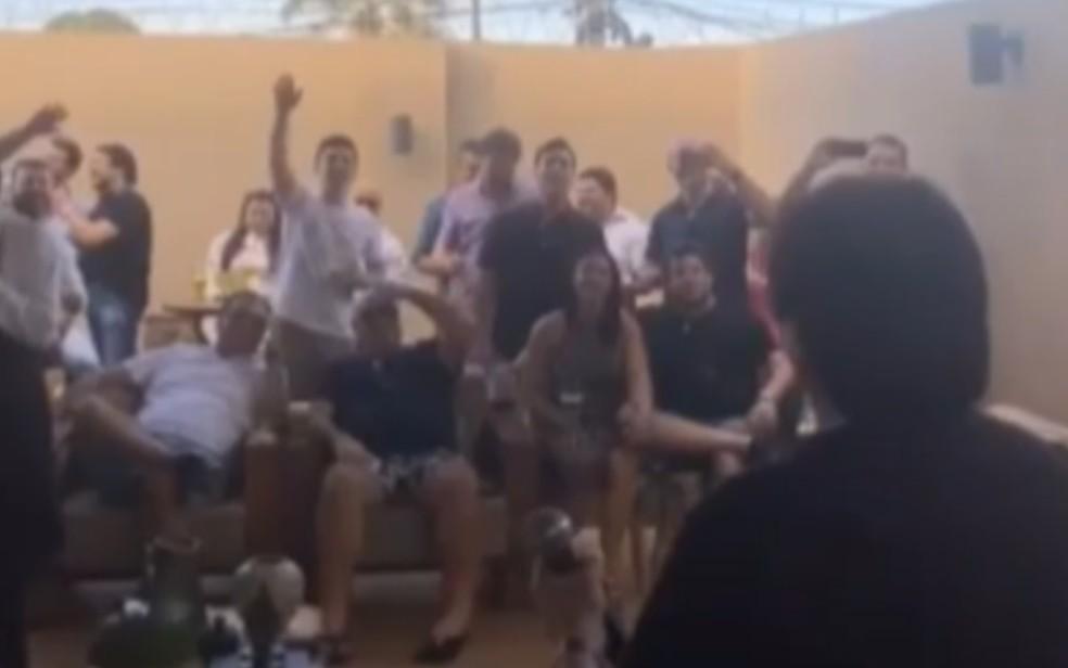 Prefeito de Cachoeira Alta e prefeita de Caçu em festa com a dupla Gian e Giovani e outras pessoas, em Goiás — Foto: Reprodução/Instagram