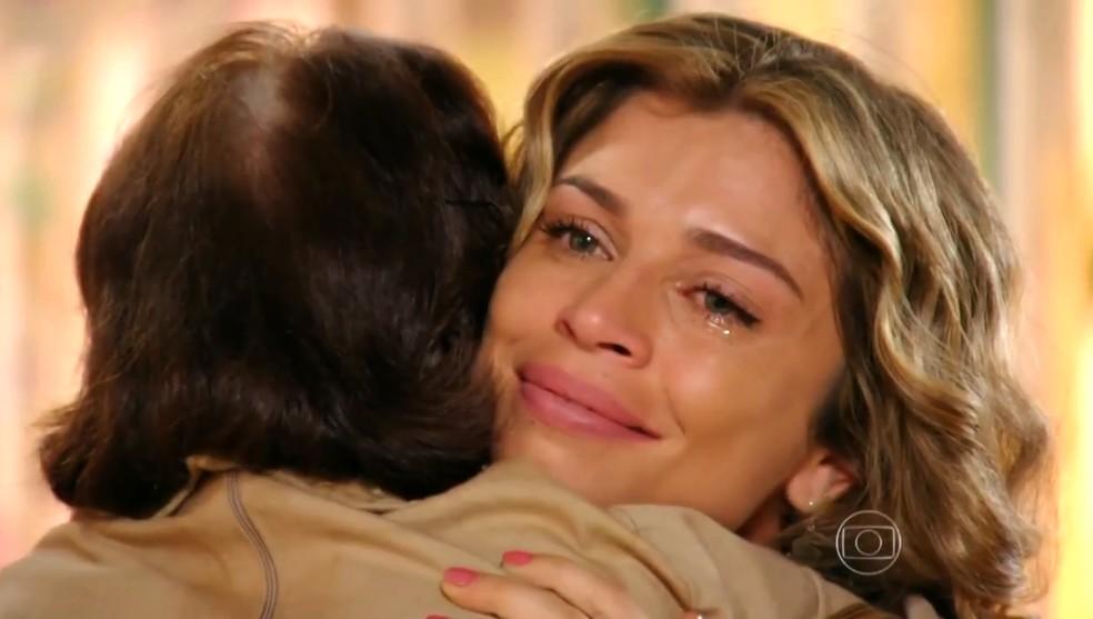 Ester (Grazi Massafera) fica tocada com a oferta de ajuda de Veridiana (Laura Cardoso) - 'Flor do Caribe' — Foto: Globo