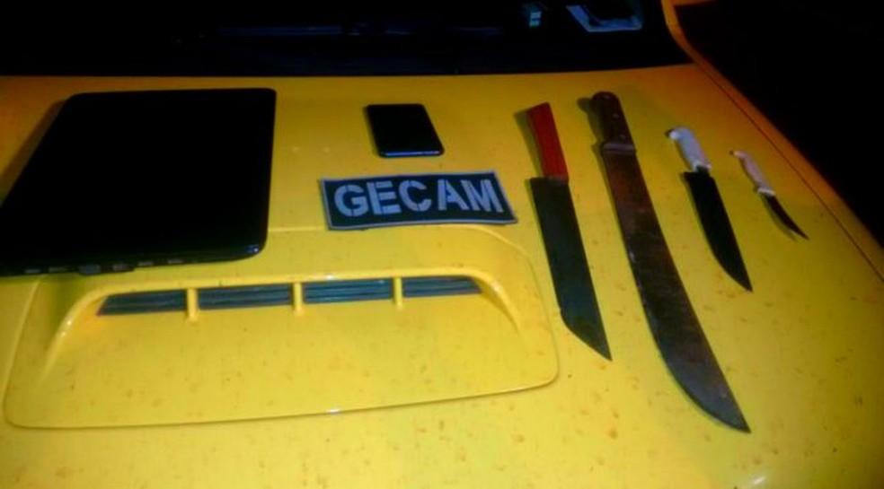 Facas utilizadas no crime foram apreendidas pela polícia (Foto: Polícia Militar/Divulgação)