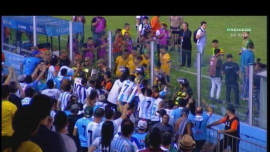 """""""Virou Brasfoot"""": torcedores protestam contra gestão do Paysandu em derrota para o Vila Nova"""