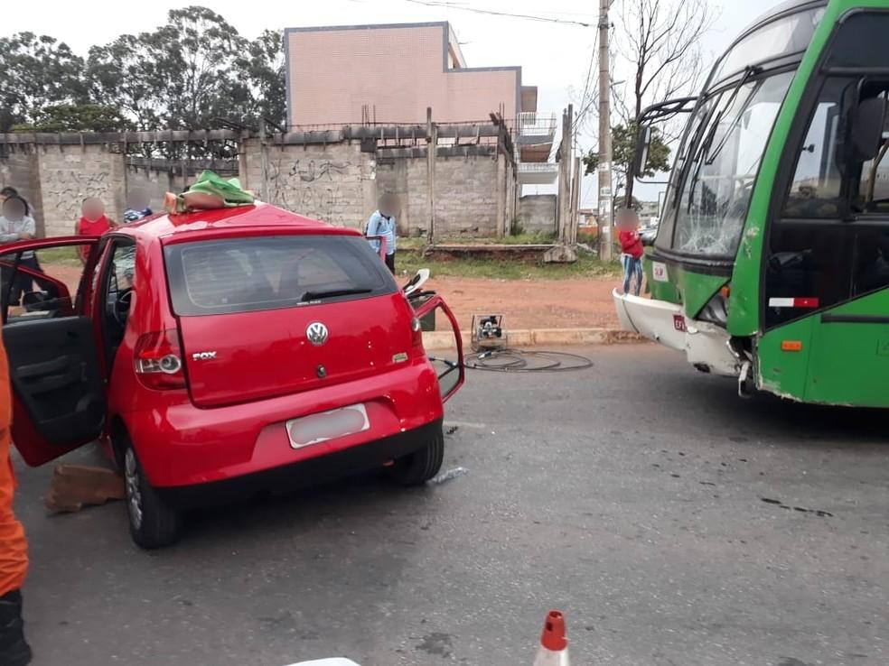 Colisão entre ônibus e carro no Recanto das Emas, no DF — Foto: Divulgação/Corpo de Bombeiros