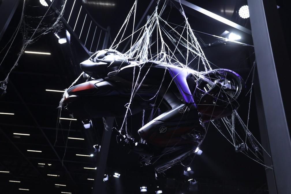Tem até moto pendurada em teia no estande da Yamaha, que fez parceria com a Marvel — Foto: Fabio Tito/G1