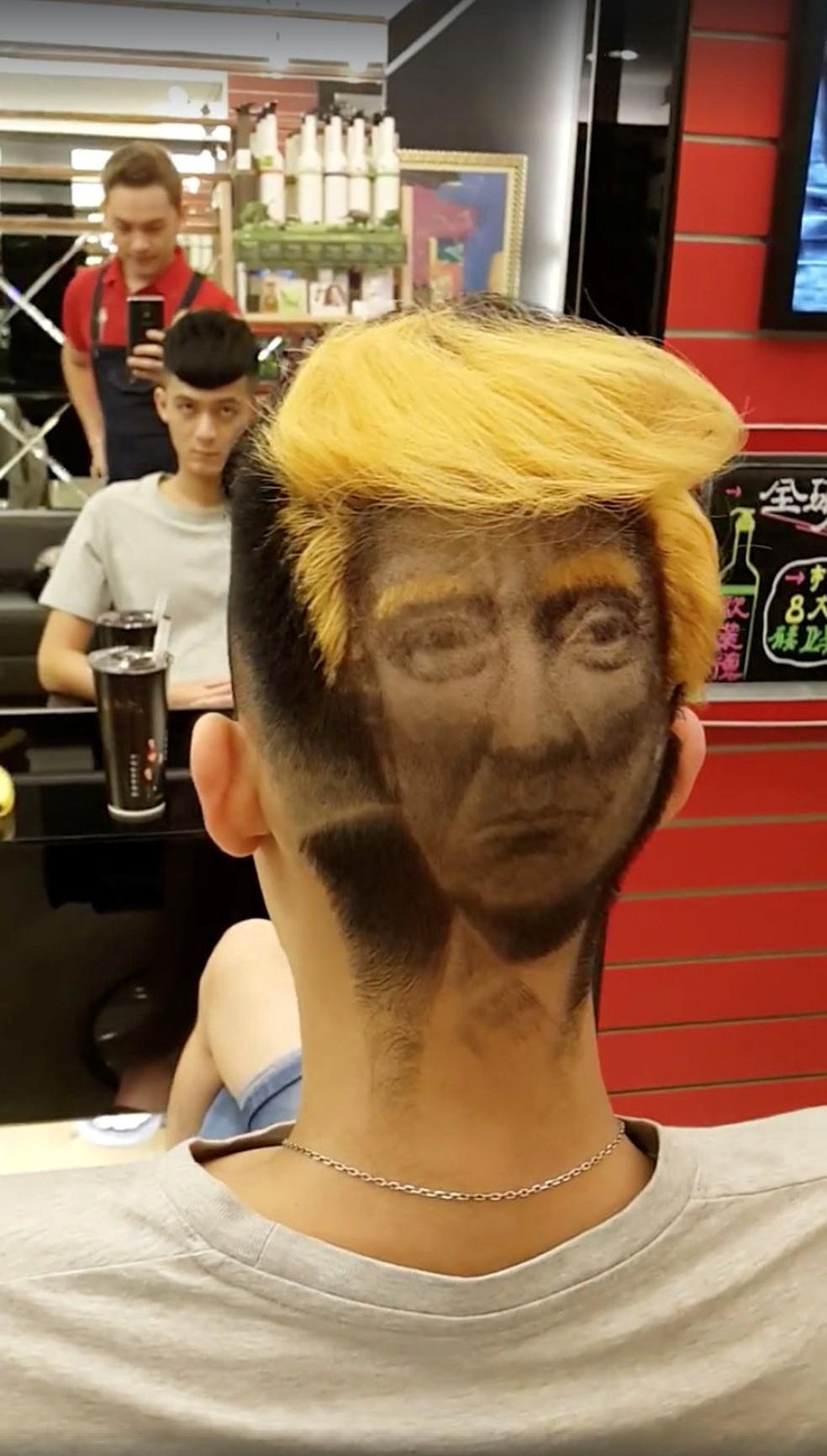 Cabeleireiro de Taiwan faz sucesso com corte de cabelo inspirado em Trump (Foto: XB HAIR/via REUTERS)