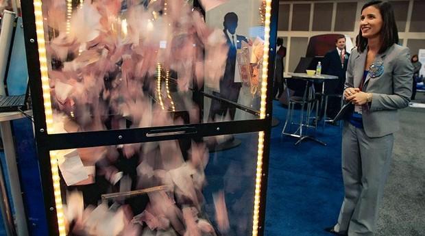 Vendaval. Designer de caixas eletrônicos vê uma chuva de dinheiro, na NRF (Foto: Getty Images)