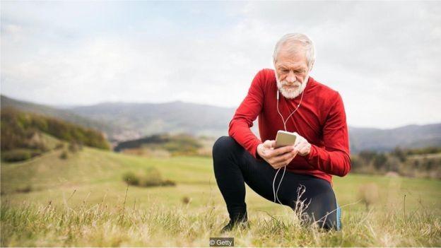 Um experimento recente reverteu o envelhecimento em células humanas (Foto: Getty Images via BBC)