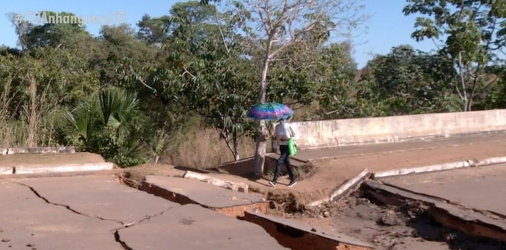 Pedestres se arriscam ao passar por ponte que desabou — Foto: Reprodução/TV Anhanguera