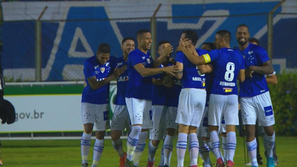 Ariel Cabral comemora o gol contra o Tupi junto dos companheiros (Foto: Reprodução/TV Globo)