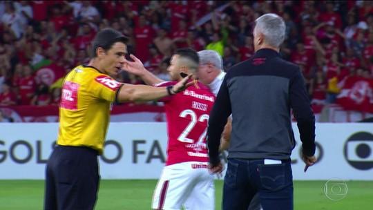 CBF anuncia que árbitros poderão advertir treinadores com cartões amarelos e vermelhos