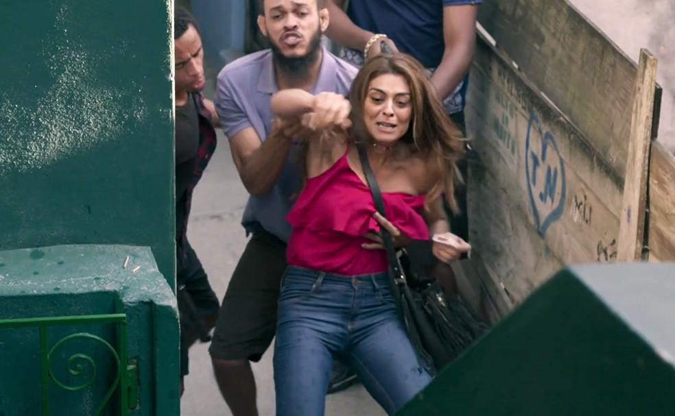 Em 'A Força do Querer', Bibi (Juliana Paes) é impedida pelos homens de Kikito (Marcos Junqueira) de colocar fogo na casa de Carine (Carla Diaz) — Foto: Globo