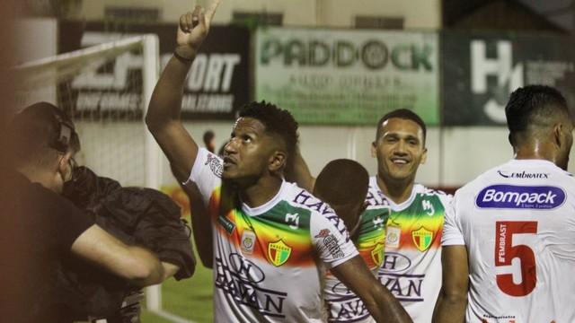 Marco Antônio festeja o primeiro gol do jogo