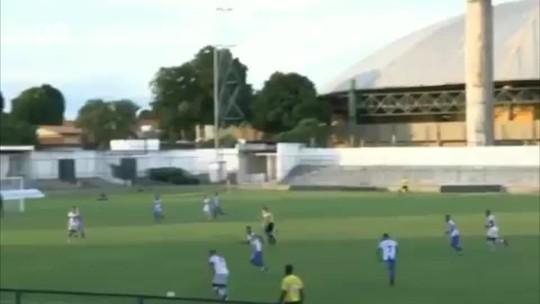 Lateral sub-19 solta canudo do meio da rua e encobre goleiro em mata-mata do estadual de base