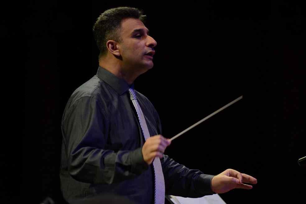 Maestro Davi Nunes rege Orquestra de Violões do Amazonas — Foto: Michael Dantas/SEC