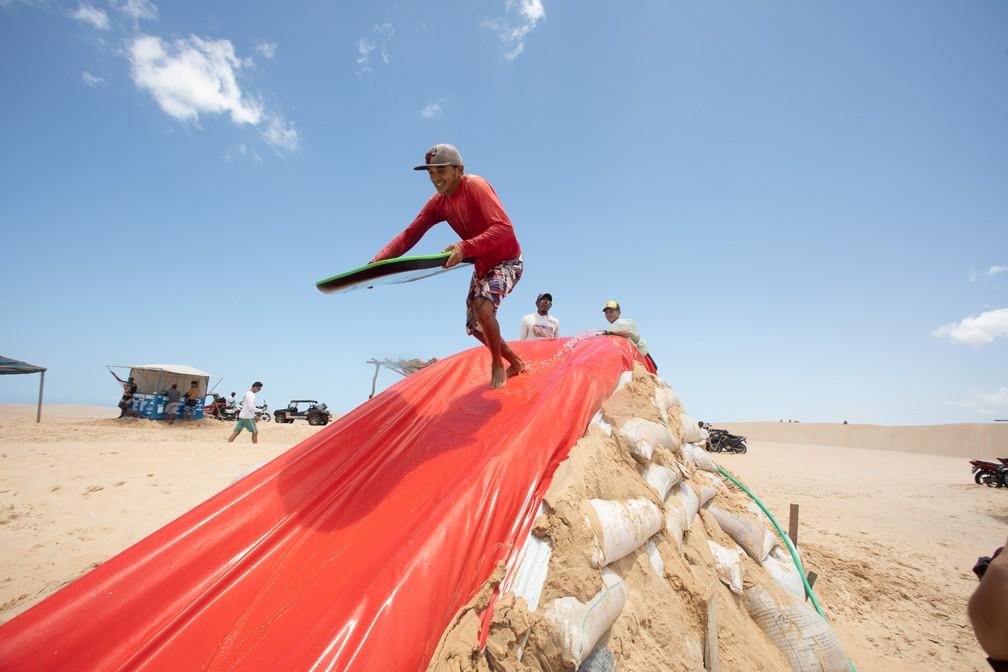 Descida em toboágua é opção de aventura em Jeri — Foto: Celso Tavares/G1