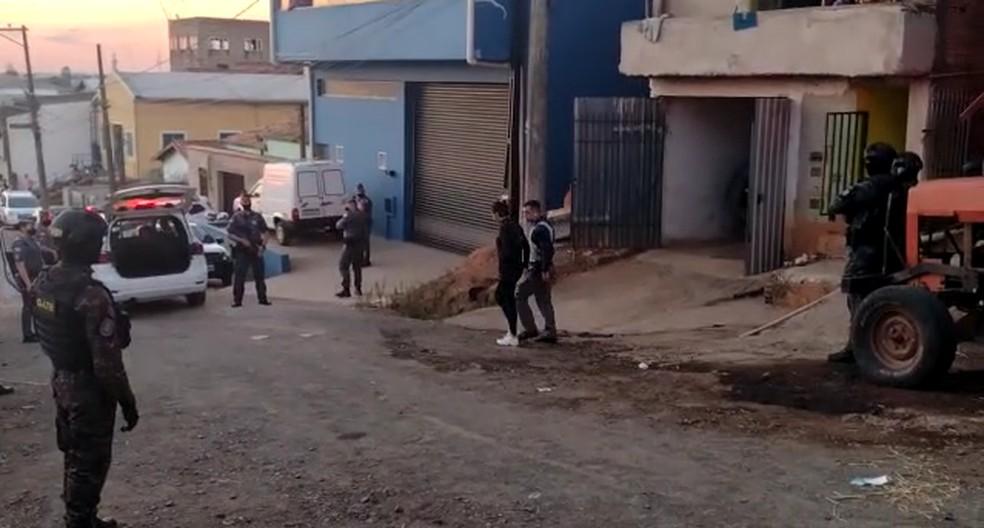 Mulher é resgatada após ser mantida refém por homem em Campinas (SP) — Foto: João Alvarenga/EPTV