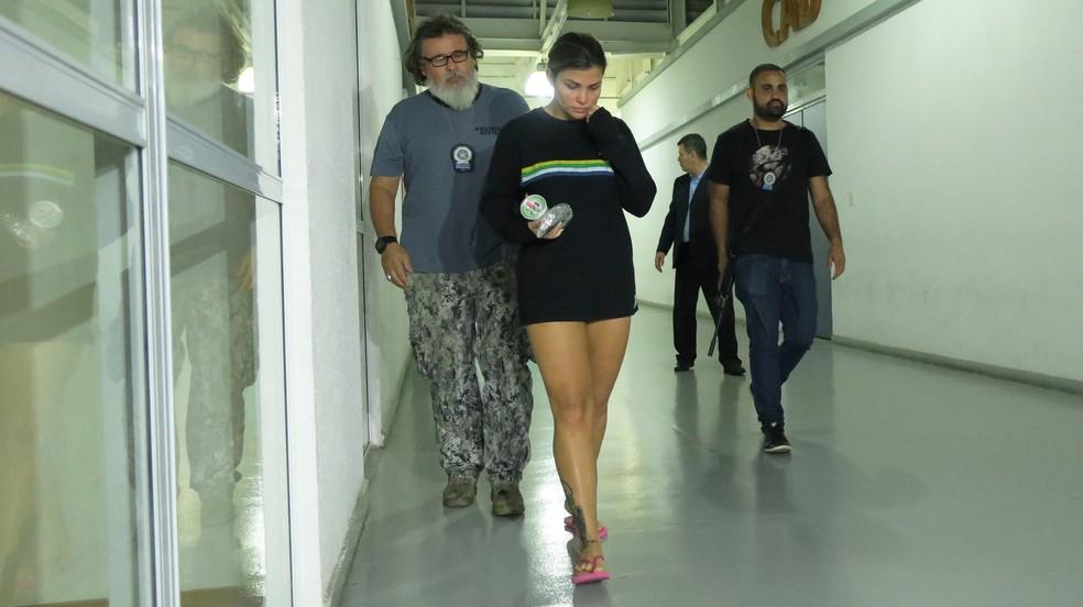 Danúbia de Souza Rangel, mulher do traficante Antonio Francisco Bonfim Lopes, conhecido como Nem da Rocinha, é presa no Rio de Janeiro (Foto: Vladimir Platonow/Agência Brasil)