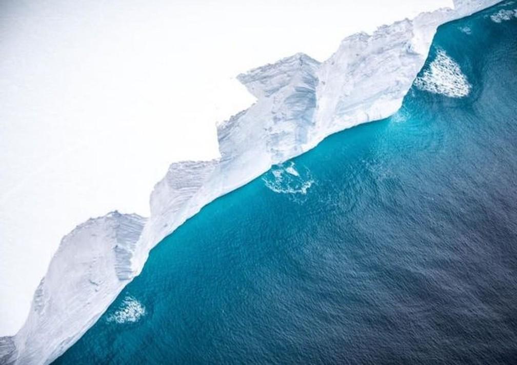 Este penhasco tem 30m de altura, mas estima-se que o iceberg alcance mais 200m de profundidade sob as águas — Foto: BFSAI/CORPORAL PHILIP DYE