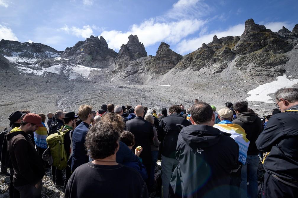 Pessoas participam de cerimônia para marcar a 'morte' da geleira Pizol no domingo (22) em Mels, na Suíça. — Foto: Fabrice Coffrini/AFP