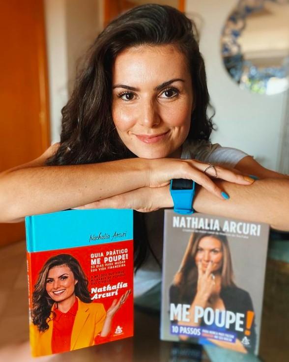 """Nathalia Arcuri, autora de """"Me Poupe! 10 passos para nunca mais faltar dinheiro no seu bolso"""" e """"Guia prático Me Poupe! – 33 dias para mudar sua vida financeira"""" (Foto: Reprodução Instagram)"""