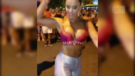 Viviane Araújo encanta foliões no ensaio de rua do Salgueiro