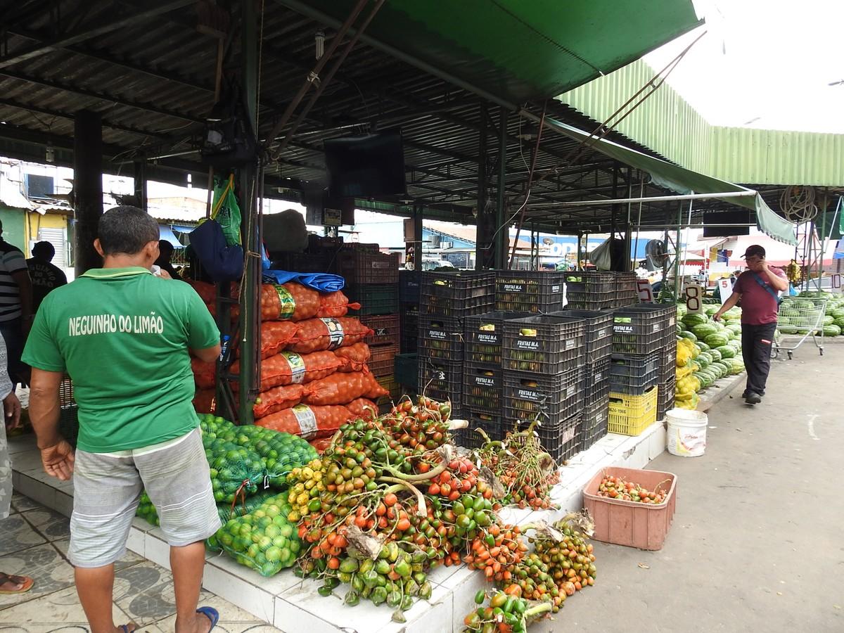 Com medo de assaltos, comerciantes pagam até R$ 2 mil por segurança particular em feiras no Centro de Manaus