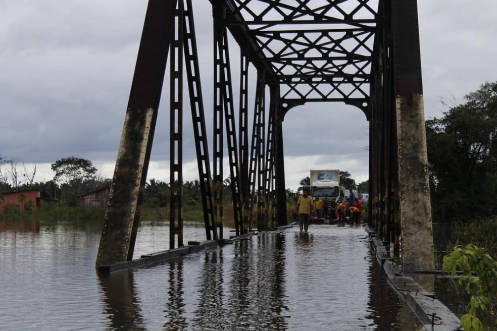 Ponte alagada em Nova Mamoré com cheia do rio Araras — Foto: Fabiano do Carmo/G1