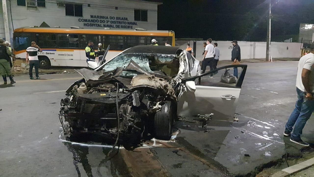 Colisão frontal entre carro e ônibus na Avenida Cruz Cabugá deixa três feridos