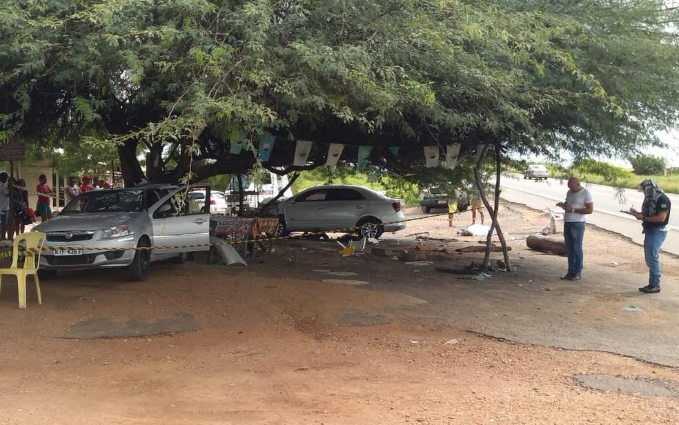 Colisão envolveu dois carros e um caminhão no km 471 da BR-230, no Sertão da PB — Foto: Beto Silva/TV Paraíba