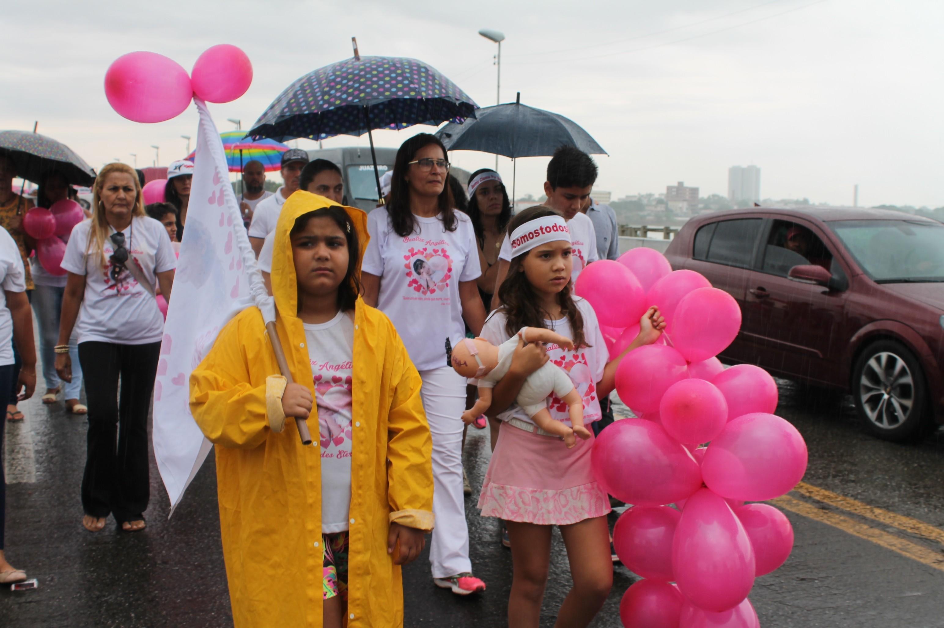 Sob chuva, amigos e familiares de Beatriz vão às ruas para lembrar os dois anos da morte da menina e pedir solução